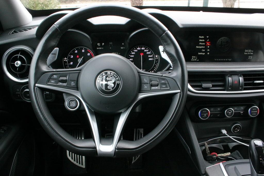 Alfa Romeo Stelvio Q4 2.0T 280PS Auto cockpit