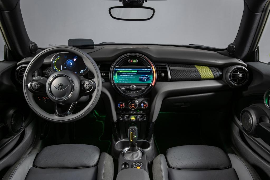 MINI Cooper SE cockpit
