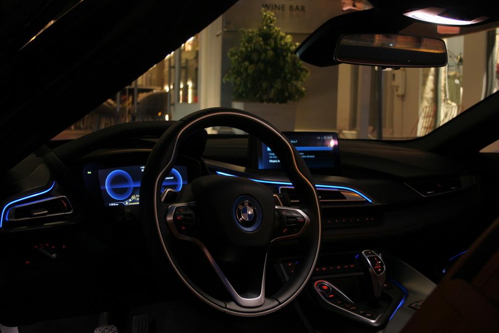 Οδηγώντας μια BMW i8 Roadster eDrive